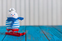 Снеговик на красном скелетоне на светлой деревянной предпосылке Стоковое Изображение RF
