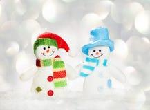 Снеговик на снеге на белизне Стоковые Изображения RF