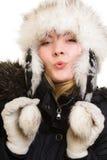 снеговик песка океана пляжа предпосылки экзотический сделанный тропическая зима белизны каникулы Жизнерадостная девушка в теплых  Стоковое фото RF