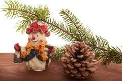 Снеговик предпосылки рождества, конусы и зеленое дерево Стоковые Фотографии RF