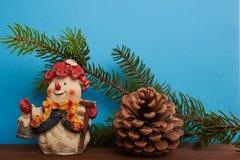 Снеговик предпосылки рождества, конусы и зеленое дерево Стоковая Фотография RF