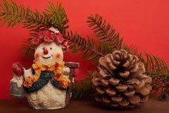 Снеговик предпосылки рождества, конусы и зеленое дерево Стоковые Изображения RF