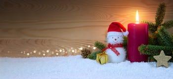 Снеговик рождества и свеча пришествия звезды абстрактной картины конструкции украшения рождества предпосылки темной красные белые Стоковое фото RF