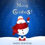 Снеговик рождества милый с шляпой шарфа и Санта Клауса красного цвета, развевая рукой приветствие рождества карточки Стоковые Фото