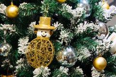 Снеговик рождества, подарочная коробка, украшение безделушек на идя снег рождественской елке Стоковые Изображения RF