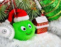 Снеговик рождества с шариками рождества на конспекте освещает backgr Стоковая Фотография RF