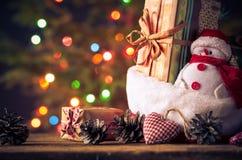 Снеговик рождественской открытки орнаментирует предпосылку светов дерева подарков Стоковые Изображения RF