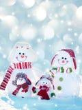 Снеговик семьи на зиме Стоковые Изображения