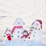 Снеговик семьи на снеге Стоковое Изображение
