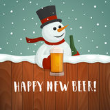 Снеговик с пивом Счастливый новый логотип пива стоковые фотографии rf