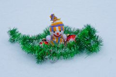 Снеговик ` s Нового Года с игрушками в снеге Стоковые Изображения