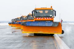 Снегоочистители в работе на взлётно-посадочная дорожка на авиапорте Стоковое Изображение RF