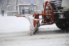 Снегоочиститель извлекая снег от улиц Стоковые Фотографии RF