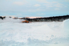 Снегоочиститель авиапорта на заходе солнца Стоковые Фотографии RF