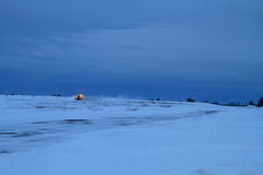 Снегоочиститель авиапорта после захода солнца Стоковые Фото