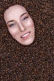 Снег-белая девушка кофе улыбки Стоковые Изображения RF