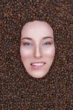 Снег-белая девушка кофе улыбки Стоковые Фотографии RF