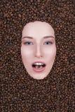 Снег-белая девушка кофе улыбки Стоковое фото RF