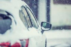 Снег вокруг автомобиля на дороге Сезон зимы для водителей стоковое фото