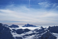 Снег выступает, гребень, голубое небо, плавая облака красивый вид от наклона лыжи Стоковое фото RF