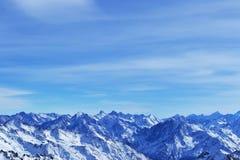 Снег выступает, гребень, голубое небо, плавая облака красивый вид от наклона лыжи Стоковое Изображение