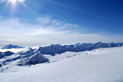 Снег выступает, гребень, голубое небо, плавая облака красивый вид от наклона лыжи Стоковые Изображения RF