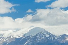 Снег горного пика заволакивает голубое небо, горох Янины Греции Mitsikeli epirus Стоковая Фотография