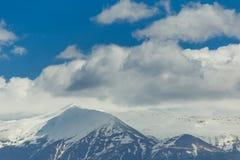 Снег горного пика заволакивает голубое небо, горох Янины Греции Mitsikeli epirus Стоковые Изображения