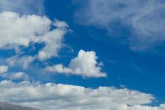 Снег горного пика заволакивает голубое небо, горох Янины Греции Mitsikeli epirus Стоковая Фотография RF