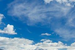 Снег горного пика заволакивает голубое небо, горох Янины Греции Mitsikeli epirus Стоковые Фото