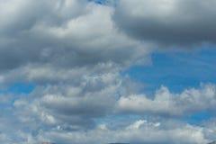 Снег горного пика заволакивает голубое небо, горох Янины Греции Mitsikeli epirus Стоковое Фото