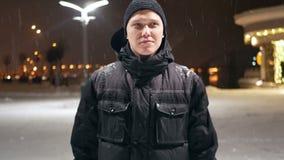 Снег города людей идя сток-видео