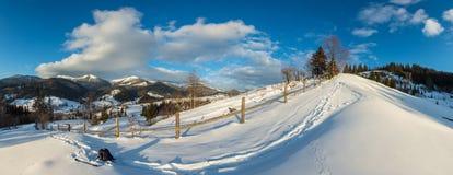 Снег горы утра зимы сельский покрыл путь стоковая фотография rf