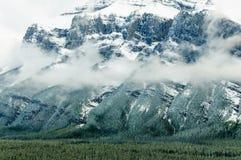 Снег горы Rundle парка Banff Natoinal Стоковые Изображения
