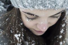 Снег девушки покрыл ресницы Стоковая Фотография