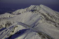 Снег зимы покрыл горные пики в Европе Большое место для спорт зимы Стоковое Изображение RF