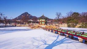 Снег зимы промежутка времени дворца Gyeongbok в Сеуле, Южной Корее сигнал