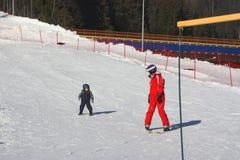 Снег зимы следа лыжи езды skiertrainer ребенка стоковые изображения