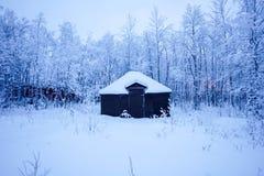 Снег коттеджа зимы стоковая фотография
