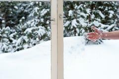 Снег мужской руки бросая в деревянных окнах Стоковая Фотография RF