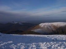 Снег на горах оплакивать стоковое изображение