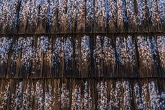 Снег на деревянных черепицах стоковое изображение rf