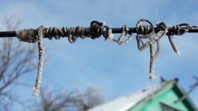 Снег на замороженном проводе металла стоковая фотография rf