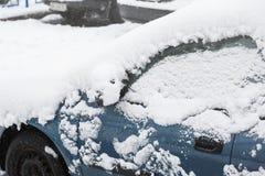Снег на зеркале крыла автомобиля Замерли автомобиль, голубой автомобиль покрыл снег на зимнем дне Городская сцена городской жизни стоковые фотографии rf