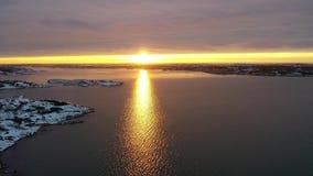 Снег на побережье в заходе солнца