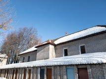 Снег на половине крыши дома В половине Плавя снег на крыше стоковое изображение rf
