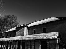 Снег на половине крыши дома В половине Плавя снег на крыше стоковые фотографии rf