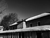 Снег на половине крыши дома В половине Плавя снег на крыше стоковая фотография