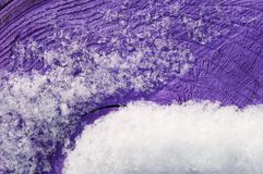 Снег на фиолетовой поверхности! Стоковое Фото