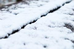 Снег на фокусе деревянного стола внешнем - близкое поднимающее вверх - коротком стоковые изображения rf